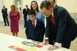 El Rey atento a las explicaciones del ganador de Melilla en la 36º Edición