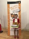 La ganadora de Cantabria XXXVII Edición mostrando su trabajo