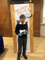El ganador mostrando su trabajo