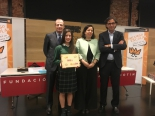 La ganadora de Madrid, Laura Martínez Rodríguez, mostrando su trabajo.
