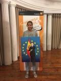 La ganadora de Aragón, Ana Julia Millán de Souza, mostrando su trabajo.