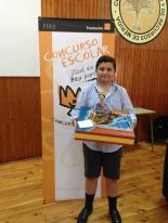 El ganador mostrando su trabajo.