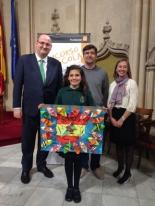 La ganadora de Baleares mostrando su trabajo con las autoridades.