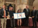 La ganadora de Castilla y León, Fátima Lopez Curiel, mostrando su trabajo y Autoridades.